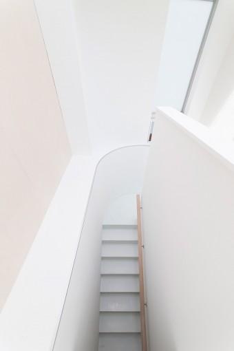 真っ白な色とやわらかな曲線が美しい階段。