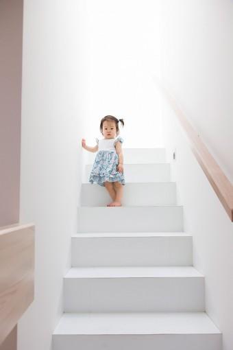 2階から3階へと上がる階段にたたずむ柚乃ちゃん。