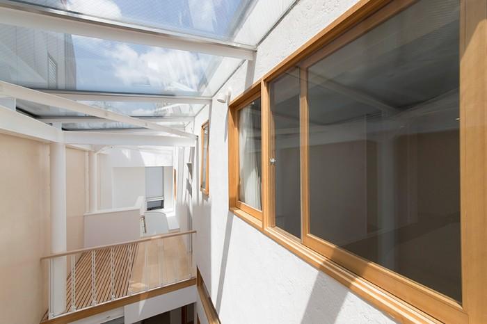 天井から見える青空。右手の建具の向こうが寝室。天井のガラスには傾斜がつけてあるため、雨が降っても水がしっかり切れる。