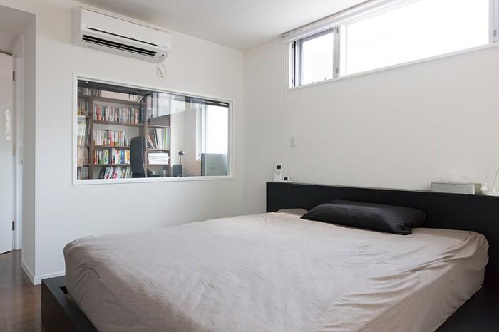 3階の主寝室。高広さんの書斎との間に窓が設けてある。