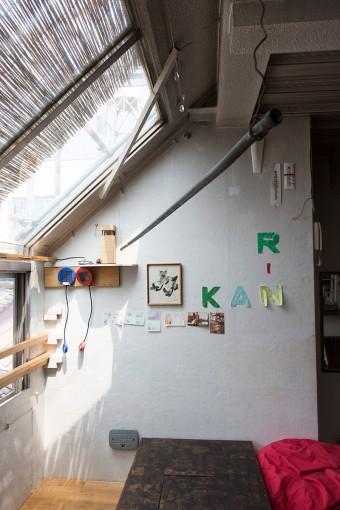 家の中の壁も外壁用のボツボツのある壁だったので、妻の京子さんと4日がかりで、サンダーで削って平らな壁にしたそう。