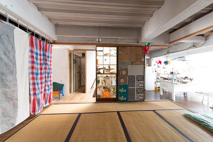 リビングにぽっかり浮いた島のような和室は、40センチほど床を上げてある。襖を閉めれば独立した部屋に。奥が子ども部屋。