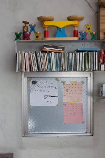 壁のCDケースはなんと焼き鳥用のコンロ。「錆をキレイに落してペンキを塗りました。鉄製のものは厚みが出ないのが好きです」