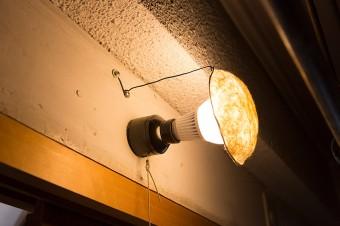 消費電力の少ないLED電球も、出始めは青白い色ばかりだったけど、お土産でもらった和紙資料館の和紙を傘にしたら和める色に。