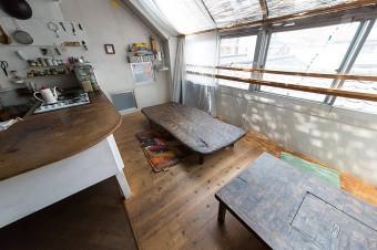 テーブルは2台とも、益子のKINTAさん(https://100life.jp/feature/8992/)の作品。「KINTAギャラリーと自負するほど、KINTAさんの作品を数多く収蔵してます」