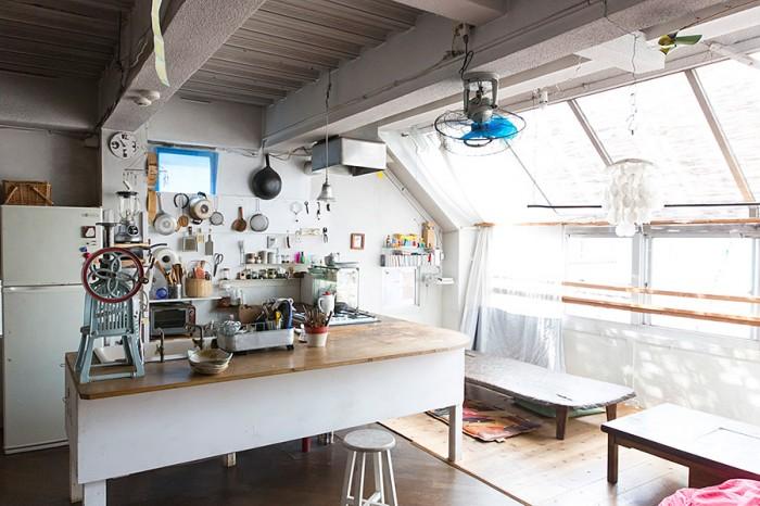 キッチンもDIY。天板はDIYショップでシナ合板を購入。レンジフードはもともとここにあったシンクを流用。