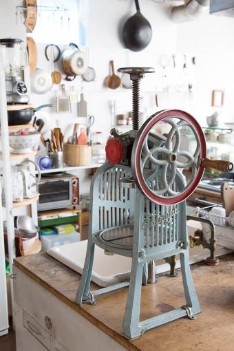 古道具屋で見つけた氷削り器。「刃を研いだらちゃんと使えました。子どもたちが自分のおやつをこれで楽しんで作っています」