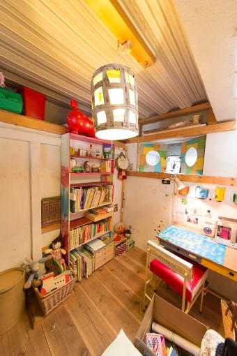 勉強机を使っているのは10歳の杏ちゃん。「手狭になってきたので、杏の部屋を作ってあげないとと思っています」