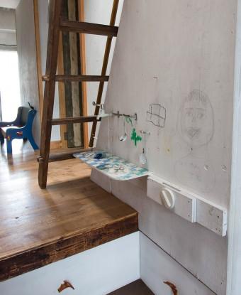 子ども用キッチンコーナー。ちゃんとガスレンジの把手も蛇口も壁についている。ここは落書きもオッケーの場所なんだとか。