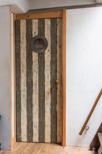 「KINTAさんのお弟子さんの横溝 創くんに、子ども部屋の窓とドアと机を作ってもらいました」