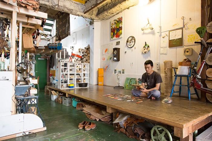 1階。向かい側が曽田さんの仕事場。ガマグチの革の色の組み合わせはこの玄関部分で考えることが多いそう。