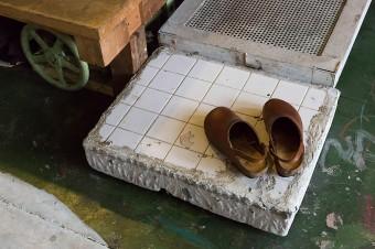 風呂場に窓を開けてもらった際に出たものを靴脱ぎの台に。「外壁の鉄筋がどの間隔で入っているかわかるので重宝しています」