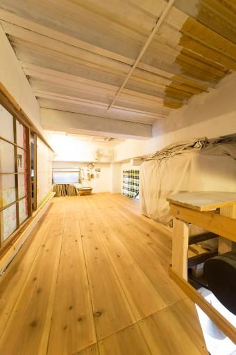 「家族の中で自分だけプライベートルームがないことに気づいて、仕事場の上に床を張って昼寝部屋を作りました」