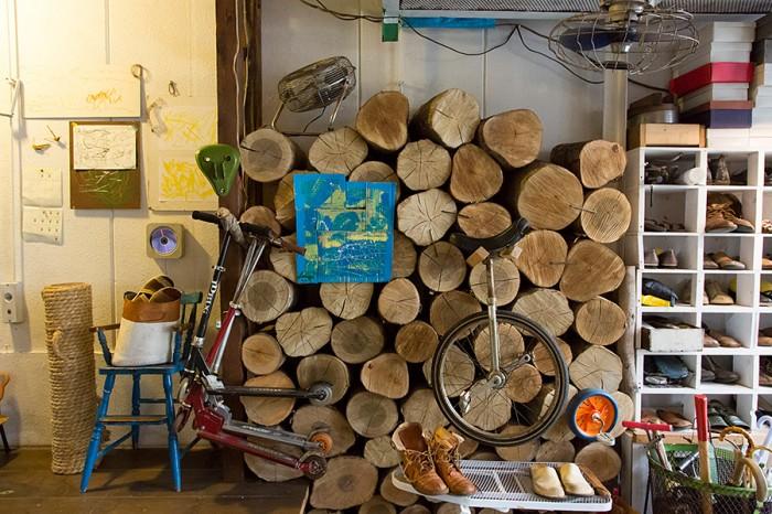 ストーブ用の薪が家の数ヶ所に積まれている。「ここは子どもたちもよく通る場所なので、崩れないようにカスガイを打ちました」