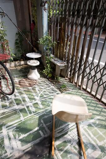 ペンキ塗りは外で。刷毛の跡が床の模様のよう。「この家に来てからペンキ塗りの時に養生をしなくていいのがすごく楽です」