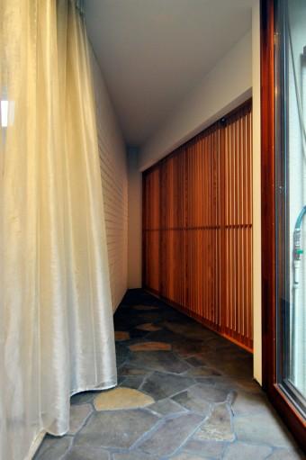 和室は戸と窓を木の格子に。NUNOで購入したカーテンがさらに雰囲気のある空気感をつくり出している。