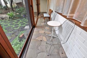 このスペースのために購入したイームズのワイヤーチェア。テーブルともに家と合わせてミッドセンチュリーものだ。