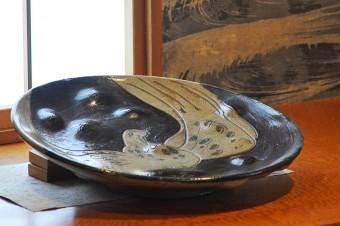 和室に置かれた前オーナーの女性のお父様がつくった焼き物のお皿。「プロでも通じるくらいのものを作ってらしたんです」。