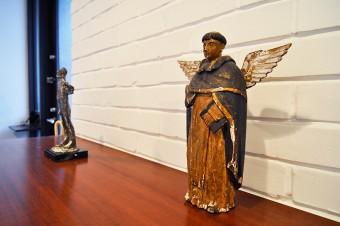 """玄関に置かれた置物。これも以前は前オーナーの持ち物だったもの。右は""""建築の神様""""の彫刻という。"""