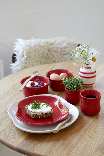 今シーズンからはパープル、ライトグリーン、レッドと鮮やかな色のバリエーションも加わった。赤いトーンの食器は朝から元気になる。