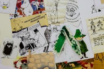 トーベ・ヤンソンのドローイングやムーミンのイメージが壁にいっぱい展示された。© Moomin Characters™