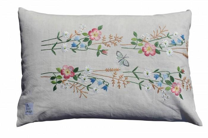 野草に咲いている草花と蝶々の刺繍のクッションはリサイクルされた生地で作られている。「ReThink Design リ・シンク・デザイン」のプロダクト