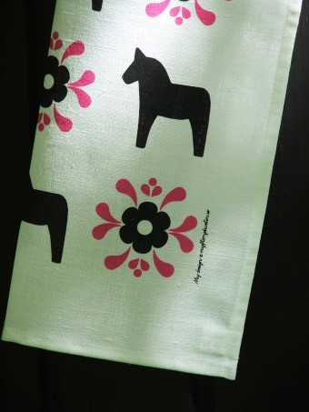 「My Design マイ・デザイン」自然や森を象徴するダナ馬の玩具のモチーフ。ティータオルはプレゼントに最適。