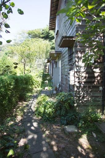 朽ちた雰囲気の木の外壁が味を出す、緑に囲まれた1軒家。周りは鎌倉の静謐な空気感が漂う。