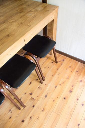 杉の無垢材を使った床。黒磯のROOMS(SHOZO CAFE)で購入したテーブルがよくマッチする。