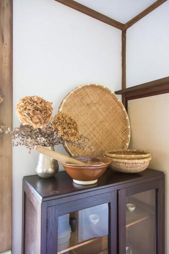 古いキャビネットは、前の住人の置き土産。珪藻土の壁の自然な風合いによくなじむ。