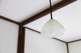 前の住人であるアメリカ人のガラス作家の置き土産。電球をひねって灯りをつけるという、素朴さに感動。