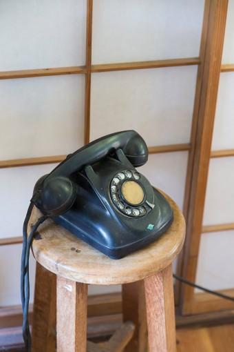 これも前の住人の置き土産。使っていない黒電話を、インテリアとしてそのまま活用。