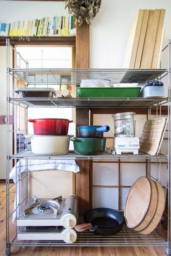 料理教室のレッスン用の調理器具。青森ひばのまな板、ル・クルーゼの鍋など、愛用の器具を揃える。