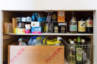 キッチン台下の収納には、調味料などを整然と。取り出しやすいように配慮。