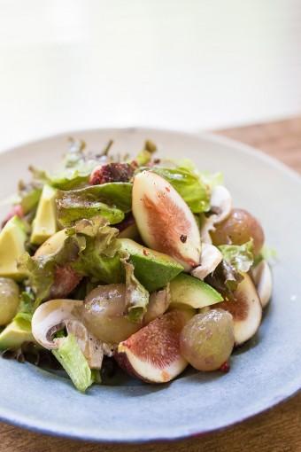 朝ごはんによく食べるというサラダ。イチジク、ブドウ、アボカドの滋味豊かな食材が、身体にもうれしい。