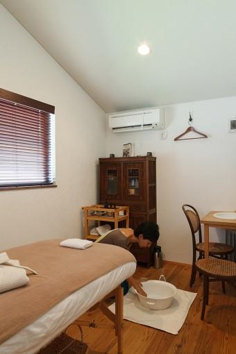 麻紀さんのサロン「ステラマリス」。住まいとは少し離れた空間で、落ち着いて施術を受けられるようになっている。