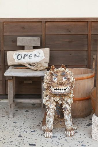 玄関でお出迎えしてくれるシーサーは、陶芸家である麻紀さんのお母様の作品。