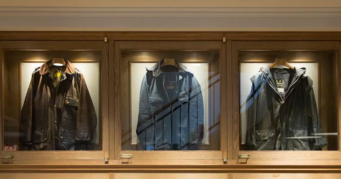 左からワラントを取得していない1970年代の「ソルウェイ ジッパー」、ワラント2つの1980年代の「ビデイル」、ワラント3つの1990年代の「スペイ ジャケット」