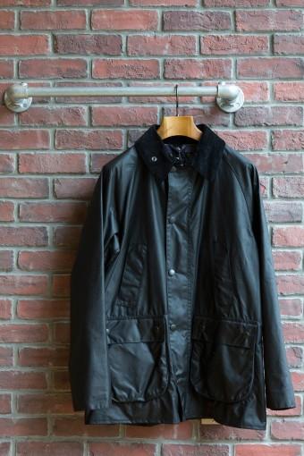 BEDALE SL(Mens) ¥47,250 ブランドを代表するロングセラーの乗馬用ジャケットである「ビデイル」をスリムに仕上げた「ビデイル SL」は、ラグランスリーブで仕上げたオーセンティックなデザイン。「SL」は現代にフィットするように細身にアレンジした11-12AWにデビューのシリーズ。