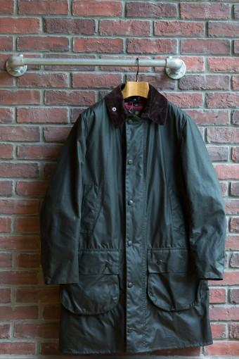 BORDER SL(Mens) ¥55,650 今季、ロング丈の定番フィールドジャケット「ボーダー」にSLシリーズが登場した。スリムなフィッティングとAラインのシルエットが今の着こなしに合うモダンなデザイン。ジャケットの上にも着やすいセットインスリーブ。