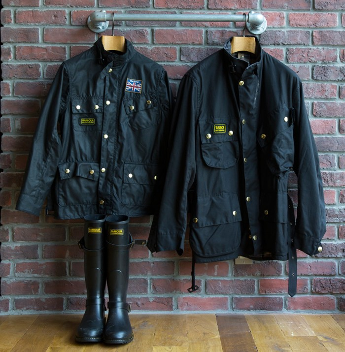 左からINTERNATIONAL Jacket(Ladies) ¥45,150 INTERNATIONAL Jacket(Mens) ¥56,700 ラバーブーツ ¥21,050