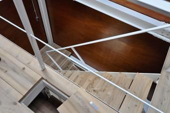 """3階から階段室を見下ろす。手前は猫が2・3階間を移動するための""""猫穴""""。"""