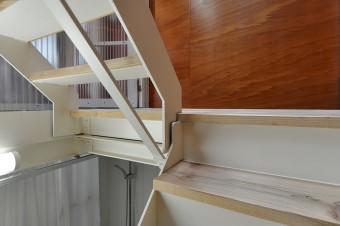 階段の踏板と踊り場に使われているのも、足場用のスギ材。厚さも同じ35㎜。