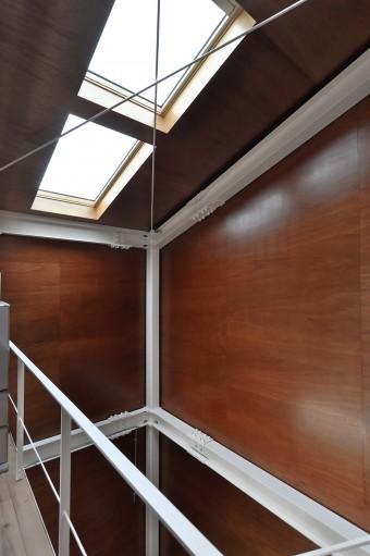 奥さんは、階段室の大きな壁面にできる影を眺めていると「忙しいときでも時間感覚を忘れ一瞬ぼーっとできる」という。