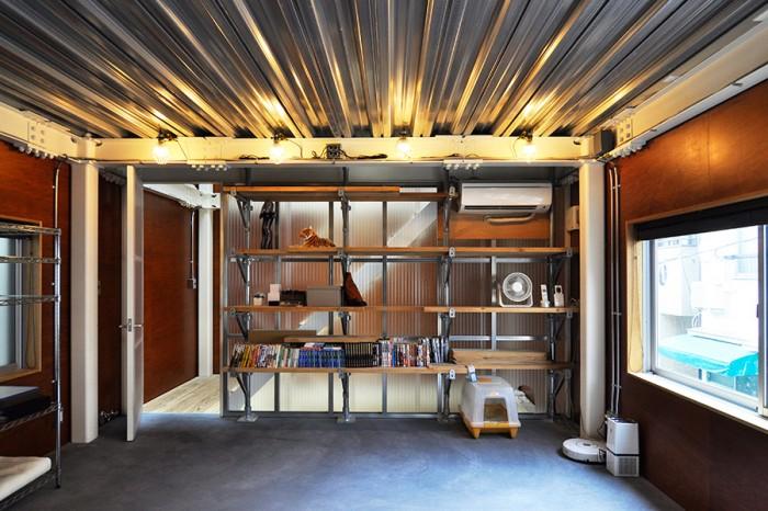 2階の寝室スペース。この棚も、3階の棚に使用されたものと同じ、建設現場の足場用のスチールパイプとスギ板で構成されている。さらに、ここでは鋼板をそのまま天井の仕上げとして見せている。