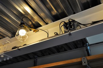 2階のライトは、内装工事などで使用される現場用クリップライト。