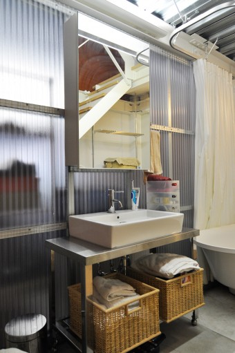 1階はガレージの他にバス、トイレなどの水回りがまとめられている。洗面ボウルの置かれた台も可動式で移動が容易。