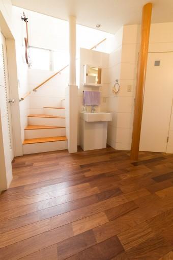 床材はカリンの天然木で統一した。「質感がよく丈夫な上に、天然木としてはコストも安いんです」