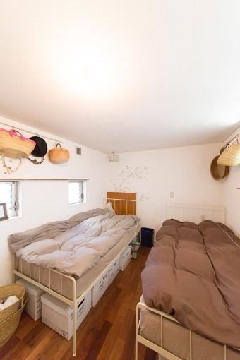 「~風にはならないように、シンプルにまとめたかった」ベッドルーム。UNICOのベッド下は収納にも活用。