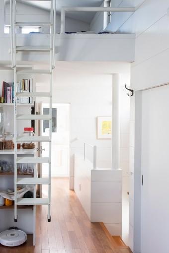 キッチンの上が、梯子で登り降りするロフトになっている。広々としたスペースを確保。